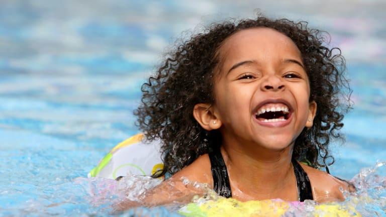 photo d'une fillette qui joue dans une piscine