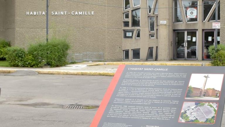 Panneau d'interprétation historique devant l'Habitat Saint-Camille