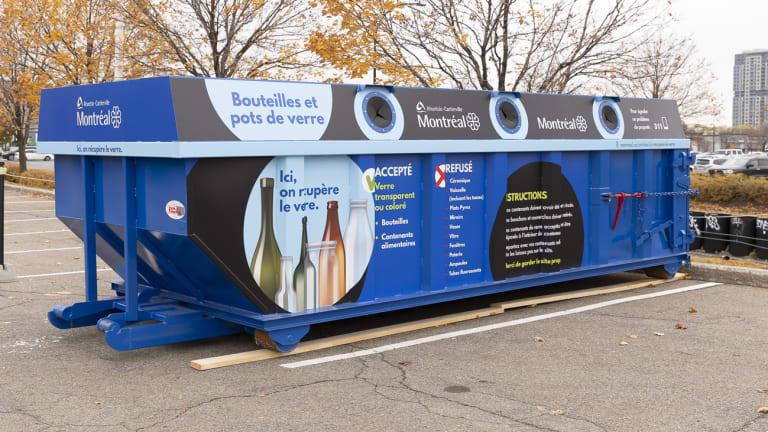 Un conteneur bleu pour la récupération du verre dans Ahuntsic-Cartierville, à Montréal.