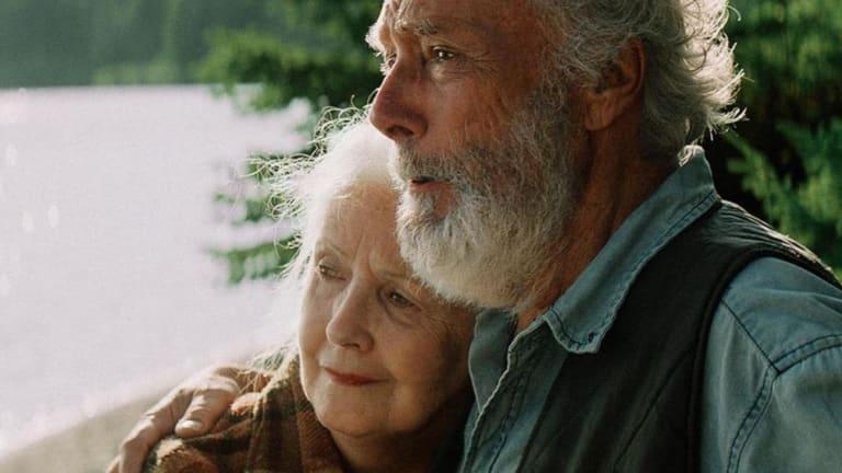 deux personnes âgées l'un contre l'autre