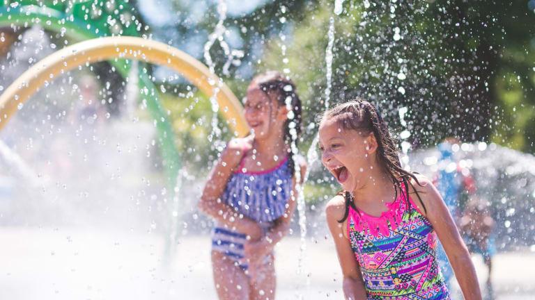 De jeunes enfants profitant des jeux d'eau lors de la saison estivale