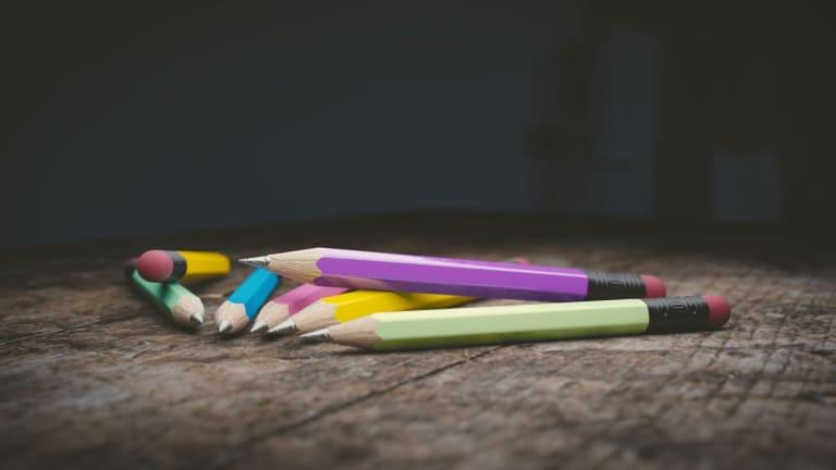 Crayons sur une table lors d'un atelier d'écriture.