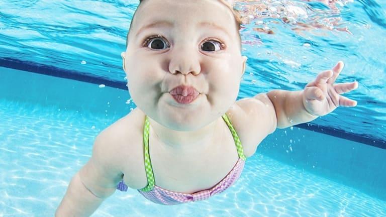 Bébé nage dans une piscine.