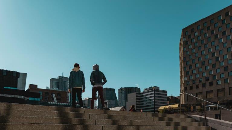 2 personnes marchent ensemble avec la ville en arrière-plan