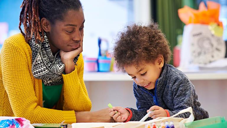 Maman et enfant à la bibliothèque Marc-Favreau