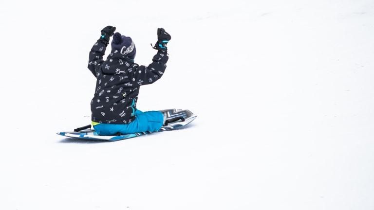 Un enfant glisse.