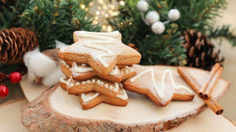 Biscuits de Noël avec un sapin en arrière plan