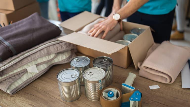 Individus préparant des boîte pour aider la communauté.