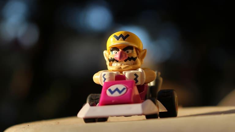 Personnage iconique des jeux vidéo faisant du kart.