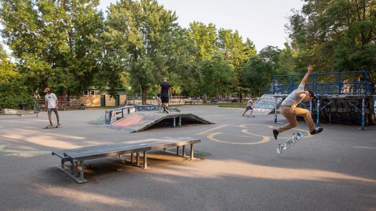 Photo de planchiste faisant des manoeuvres dans un skateparc.
