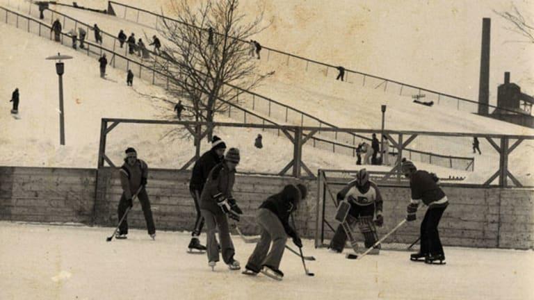 Les jeunes jouent à hockey