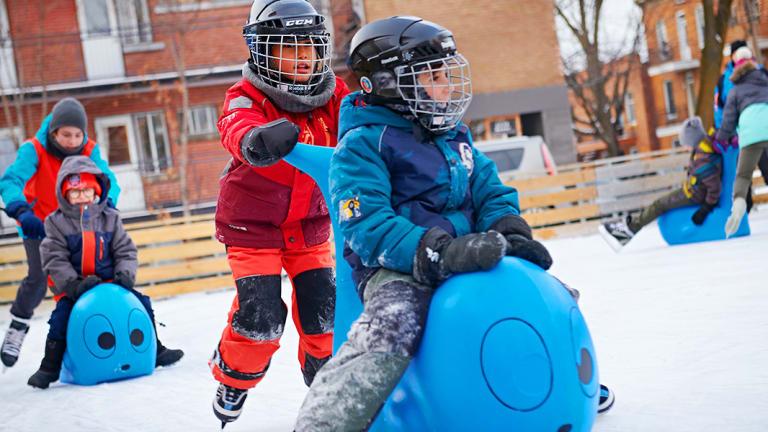 Enfants à la patinoire réfrigérée