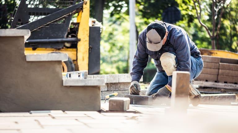 Un homme travaille à l'extérieur de sa maison.