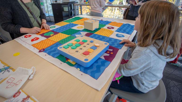 Jeux avec robots à la bibliothèque Père-Ambroise