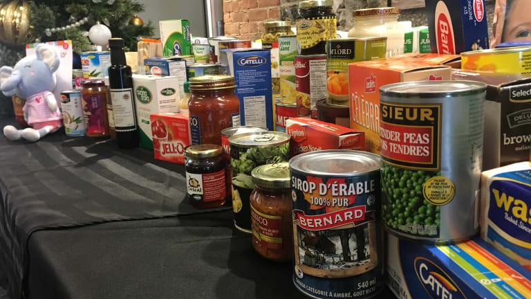 Table remplie de denrées alimentaires dans le cadre de la collecte annuelle organisée par l'arrondissement de Rivière-des-Prairies-Pointe-aux-Trembles.