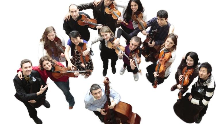 Photo de l'Orchestre Nouvelle Génération, placé en demi-lune.