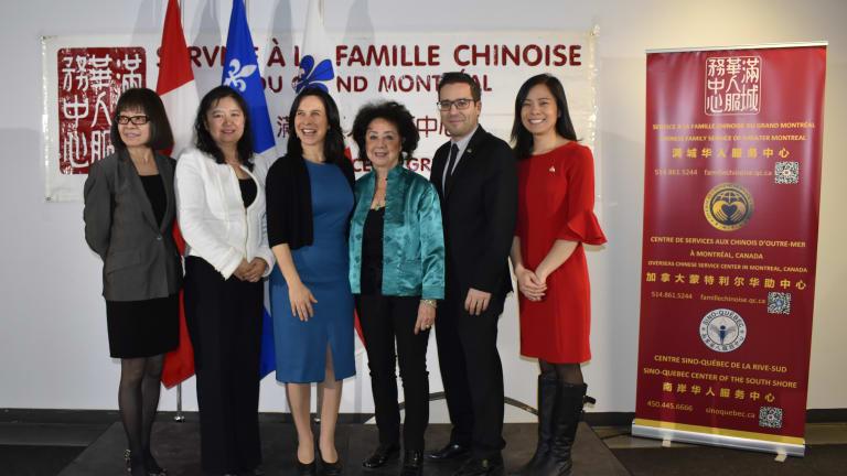 De droite à gauche,  madame Cathy Wong,  conseillère de la Ville dans le district de Peter-McGill- arrondissement de Ville-Marie, monsieur Robert Beaudry, conseiller de la Ville dans le district de Saint-Jacques - arrondissement de Ville-Marie, madame Pauline Wong, présidente d'honneur du Service à la famille chinoise du Grand Montréal, madame Valérie Plante, mairesse de Montréal et de Ville-Marie, madame Xixi Li, directrice générale du Service à la famille chinoise du Grand Montréal et madame Sio Wa Leong,