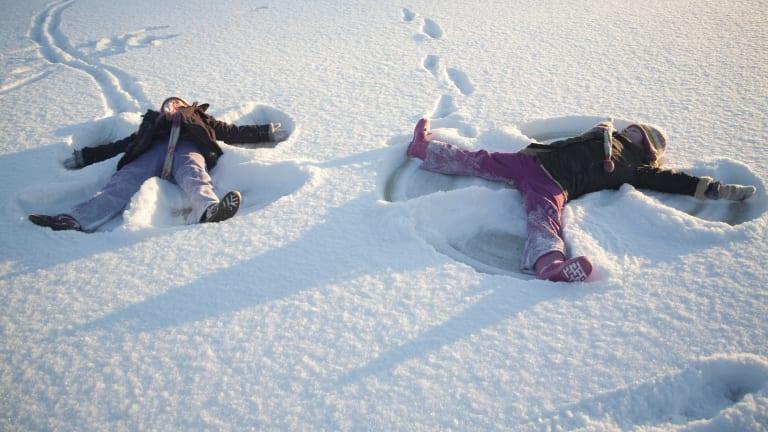Enfants faisant des anges dans la neige