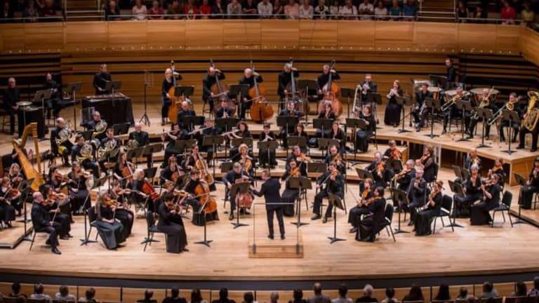 Vue d'ensemble de l'Orchestre Métropolitain sur scène et devant public
