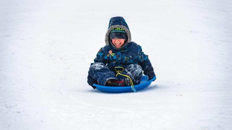 Un enfant glisse au parc Grovehill.