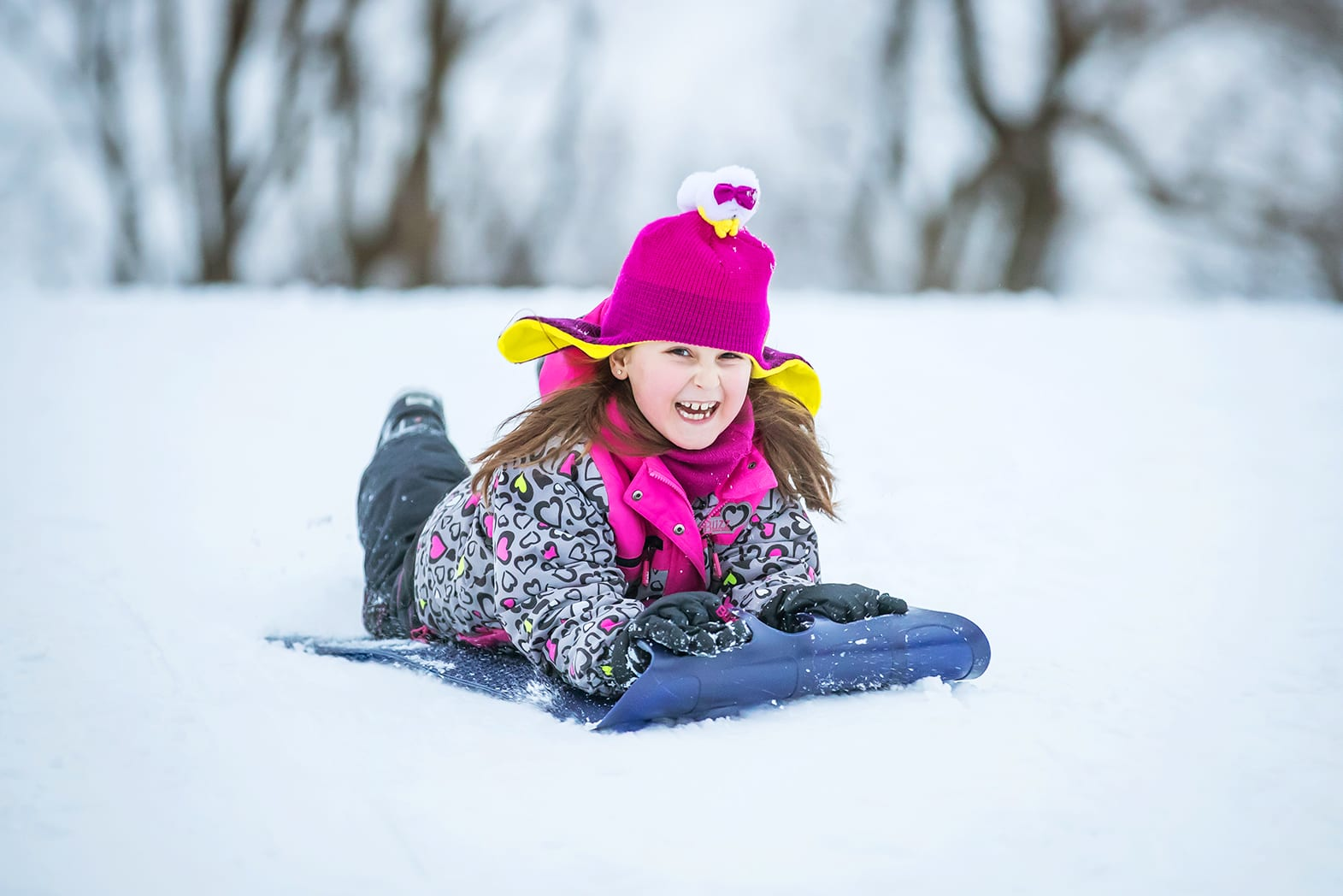 fillette glissant sur la neige