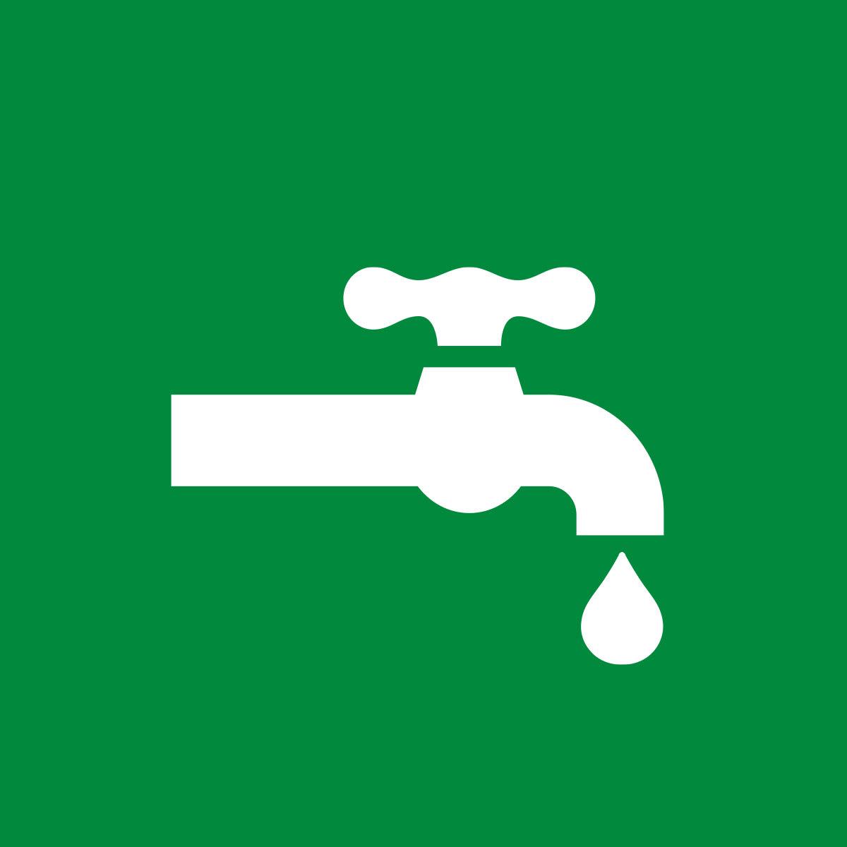 Robinet d'eau qui coule sur fond vert indiquant la fin de l'avis d'ébullition d'eau.