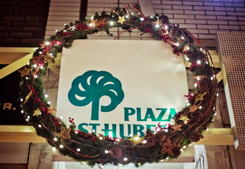 couronne de Noël sur l'enseigne de la Plaza St-Hubert