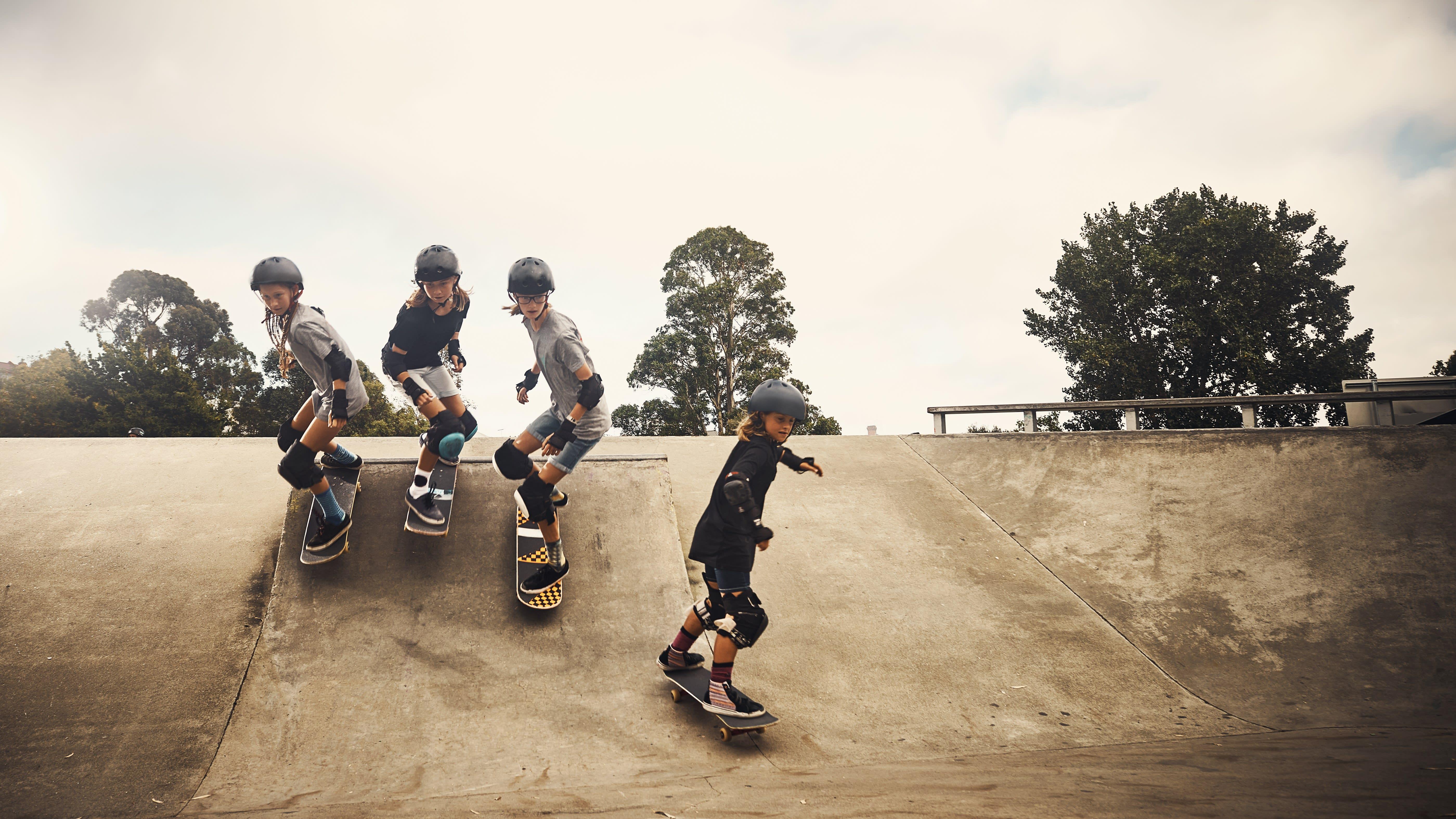 Photo de jeunes descendant une rampe de skateboard
