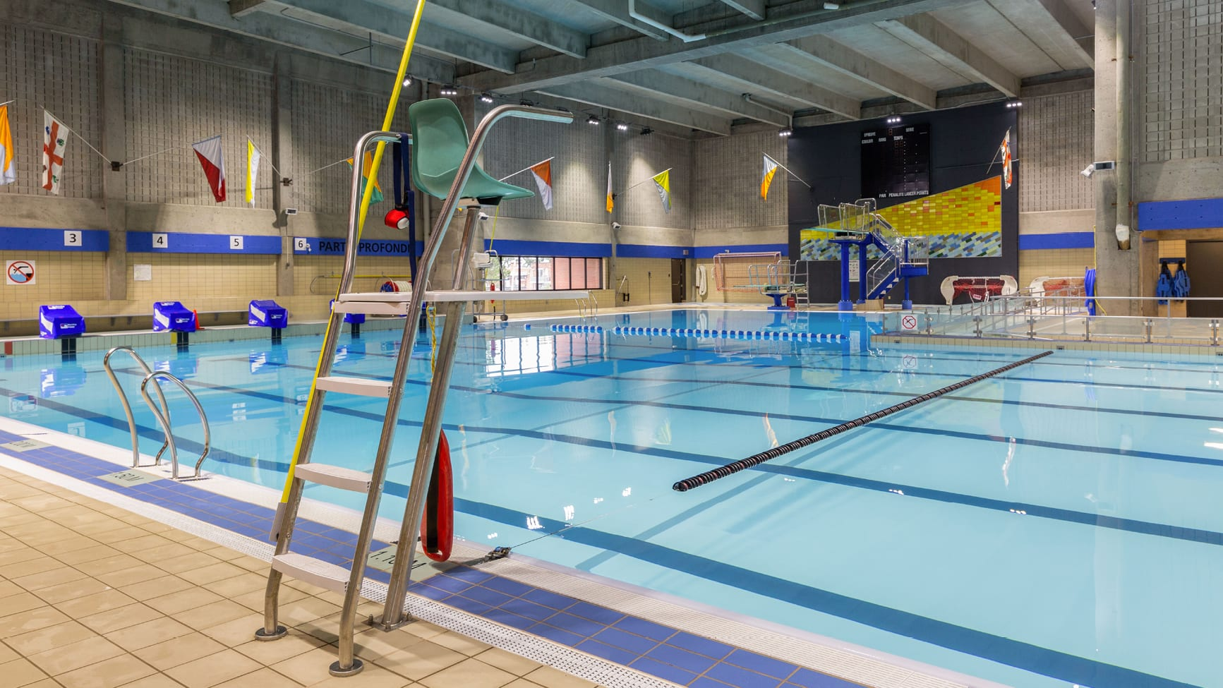 Photo de l'intérieur de la piscine Édouard-Montpetit.