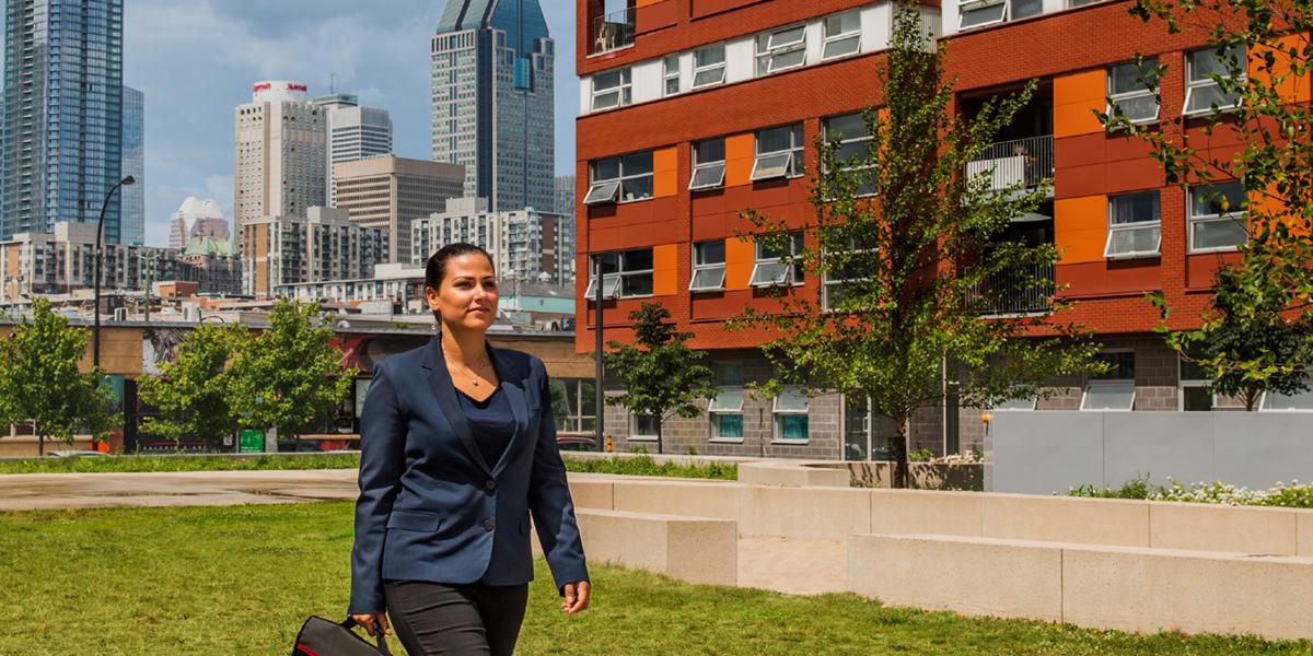 Une femme marchant devant des bâtiments