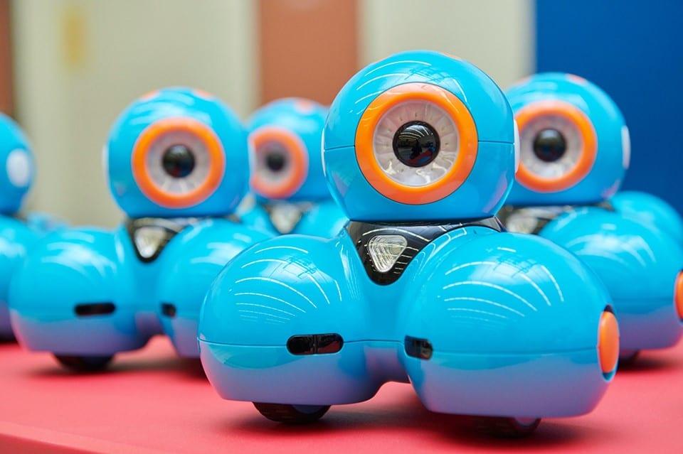 Photo d'une petit robot bleu avec oeil et roues