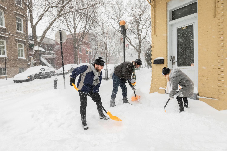 La Brigade neige déblayant une entrée.