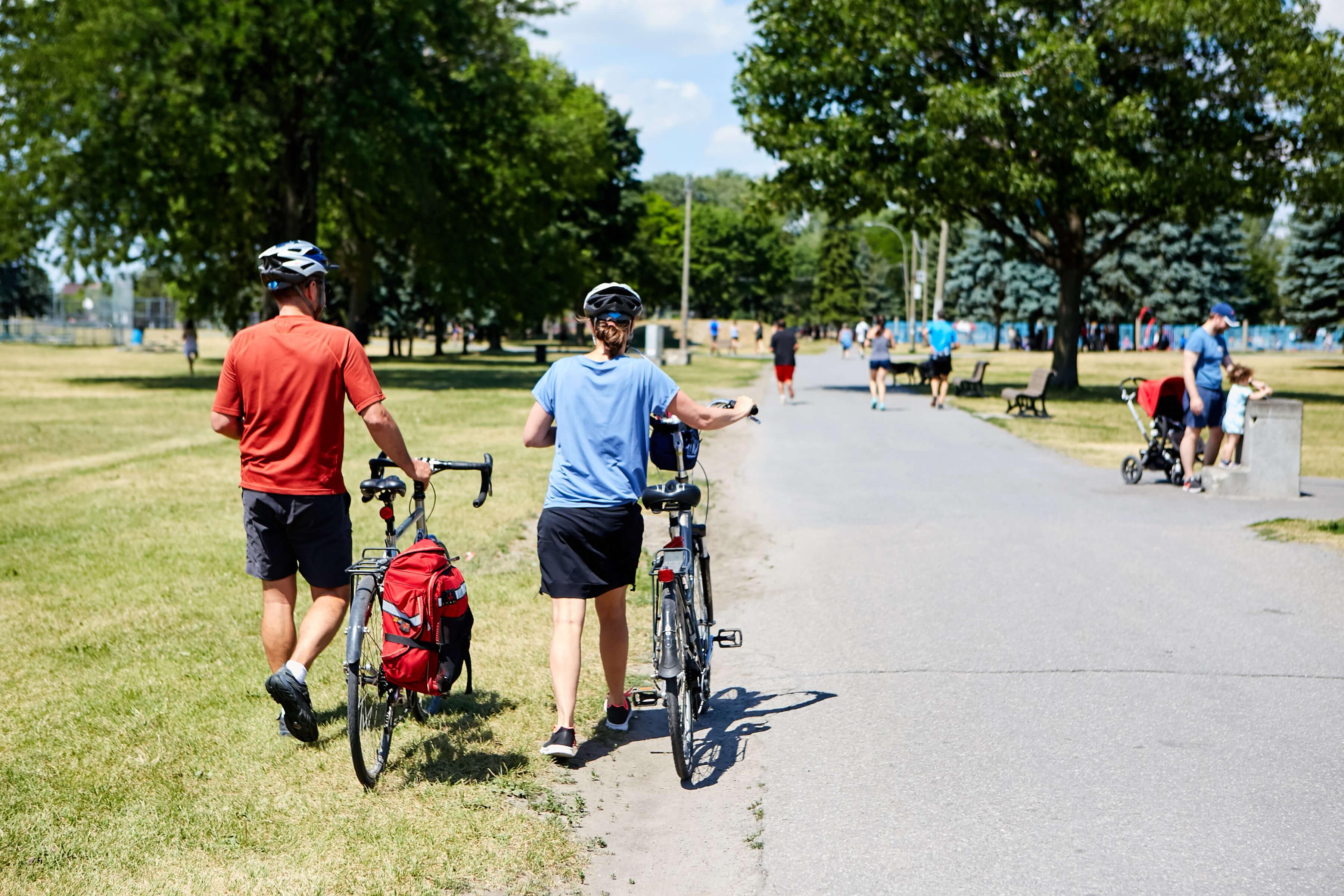 Cyclistes sur le sentier du Parc Jarry