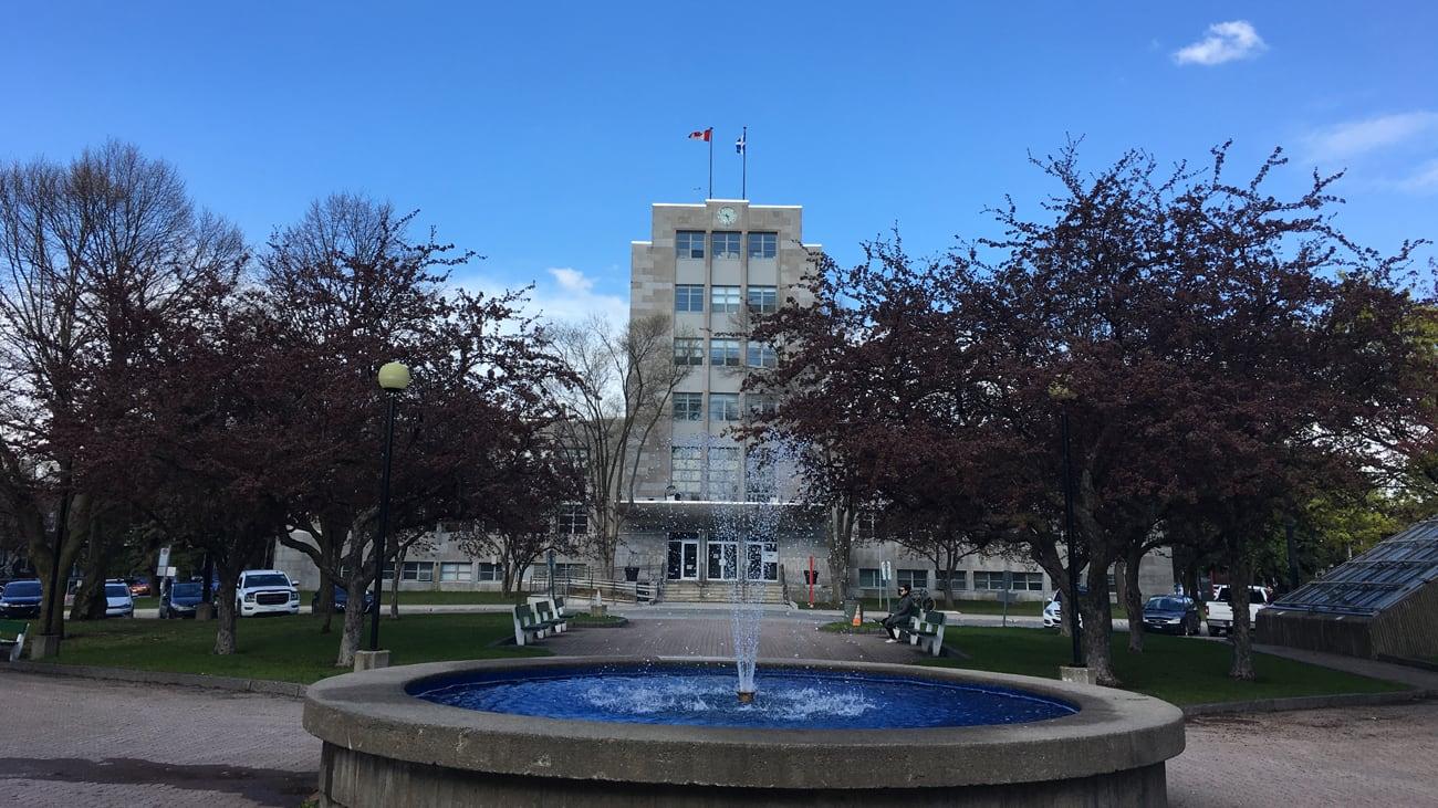 Mairie de l'arrondissement de Verdun au printemps
