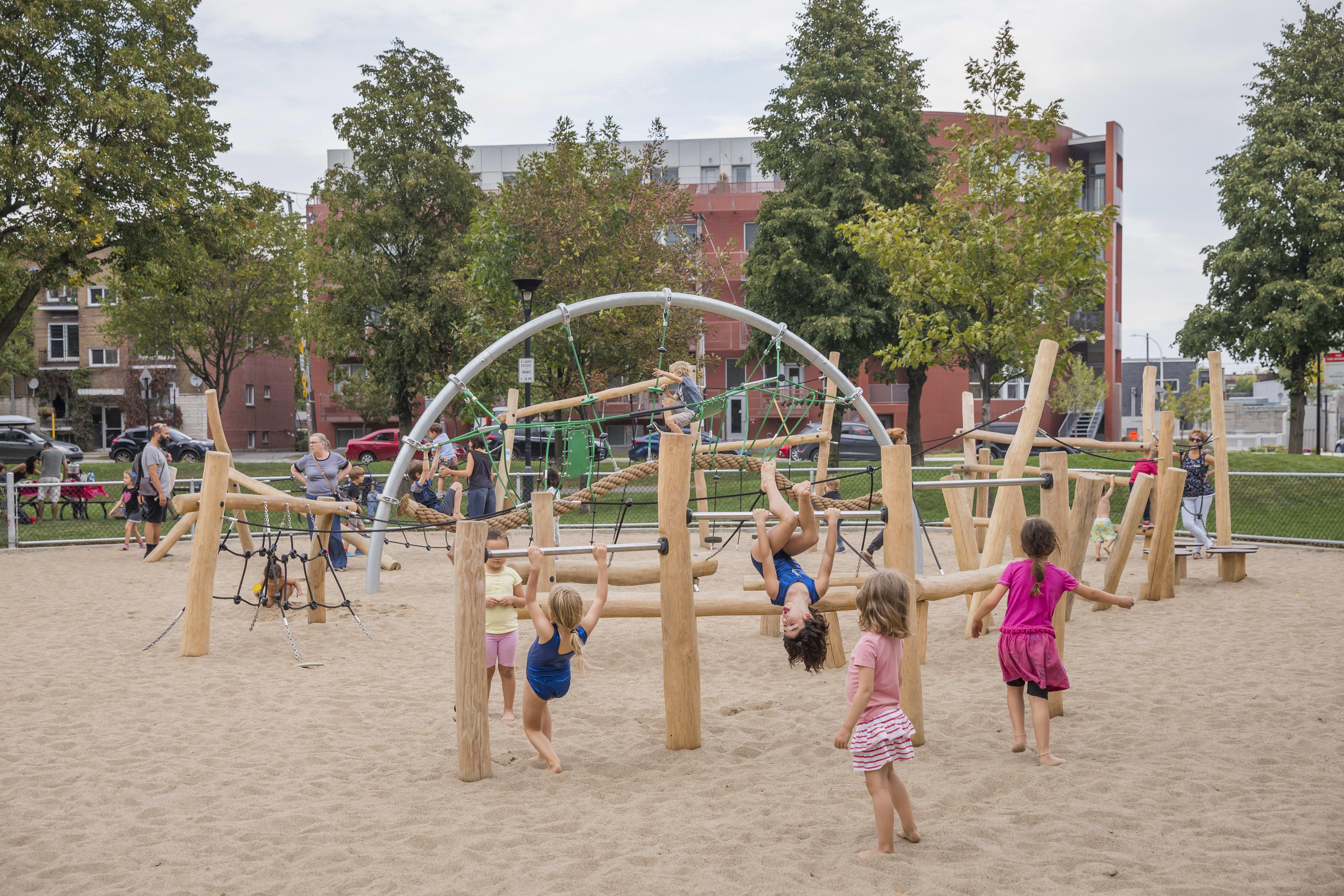 enfants jouant dans la nouvelle aire de jeu du parc du Père-Marquette