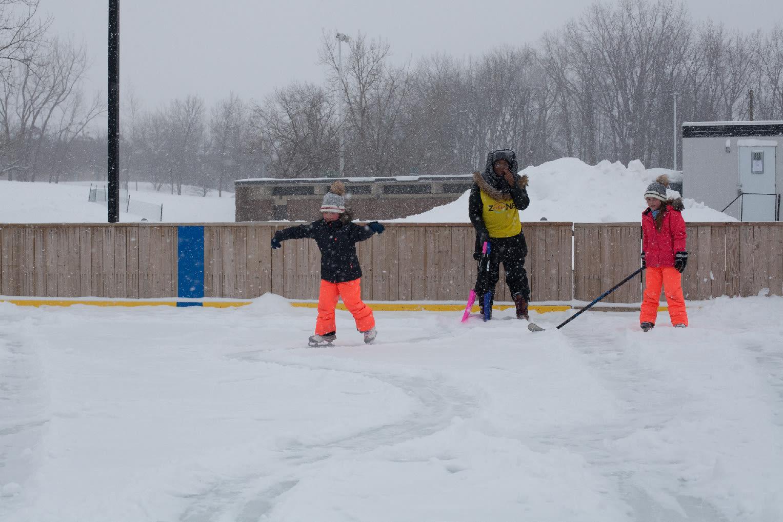 enfants en patin et animateur de Zone active