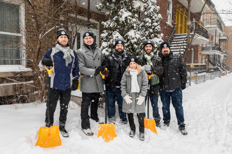 Des élus avec la Brigade neige et les responsables de l'organisme CJEHM, pelles à la main.