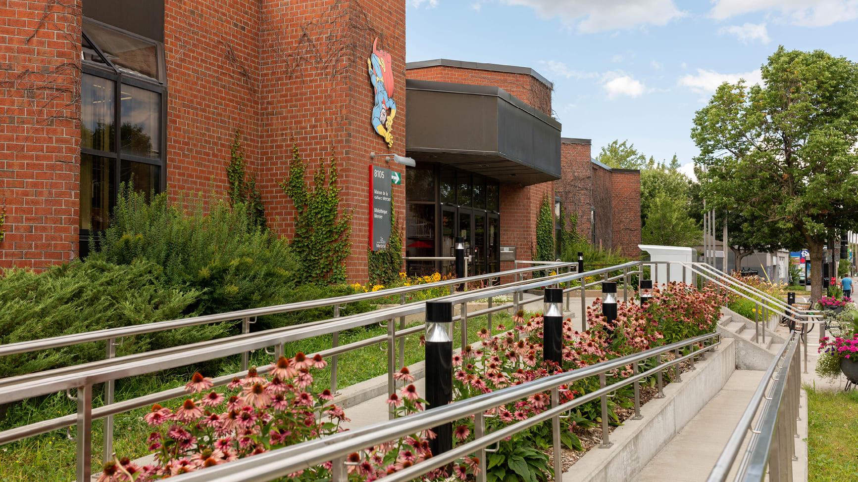 Photo montrant la façade de la bibliothèque Mercier.