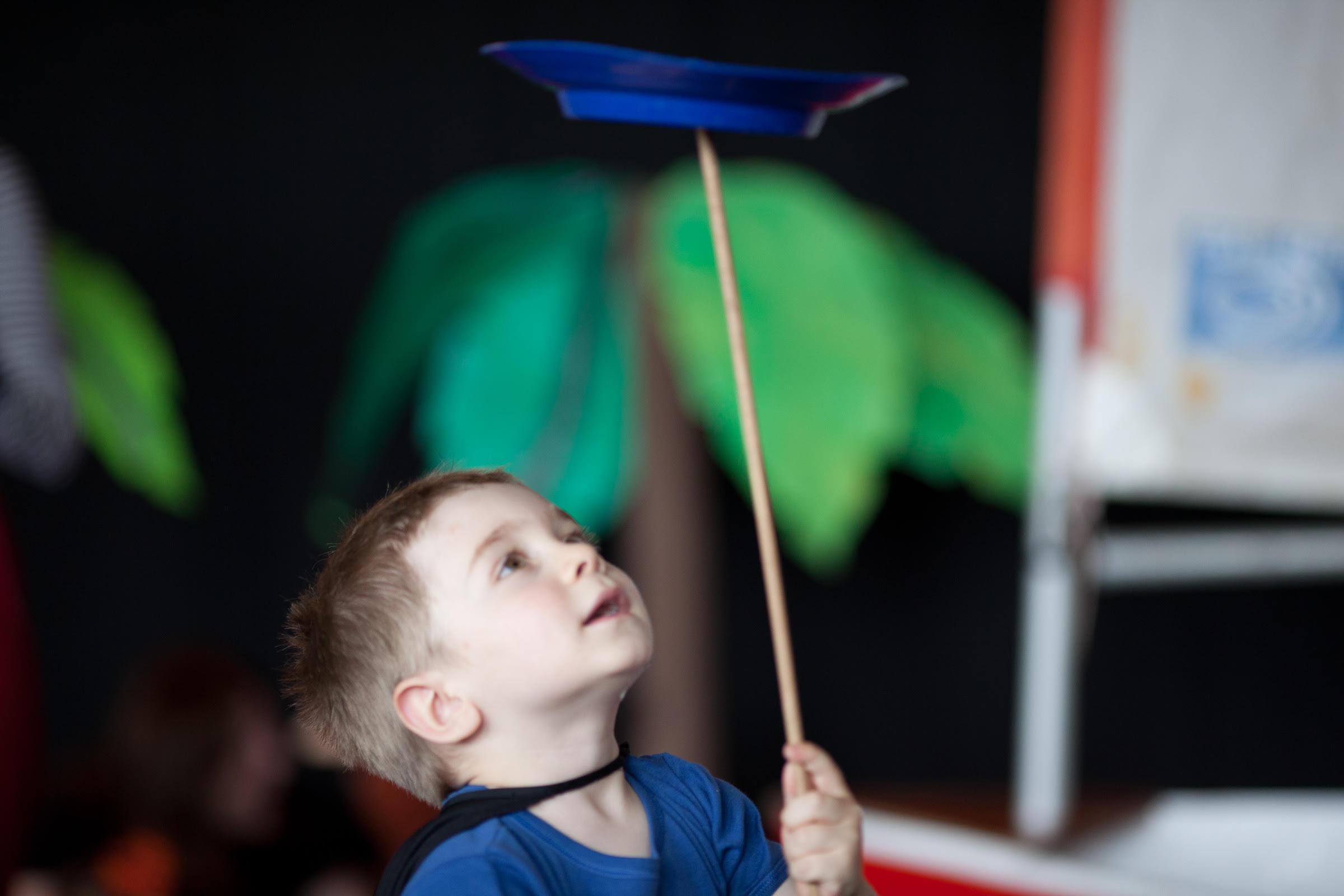 Enfant jouant avec un diabolo