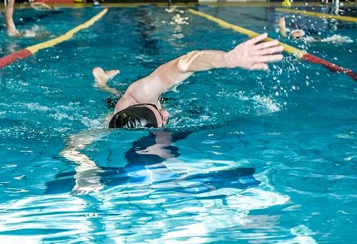 Nageur dans piscine