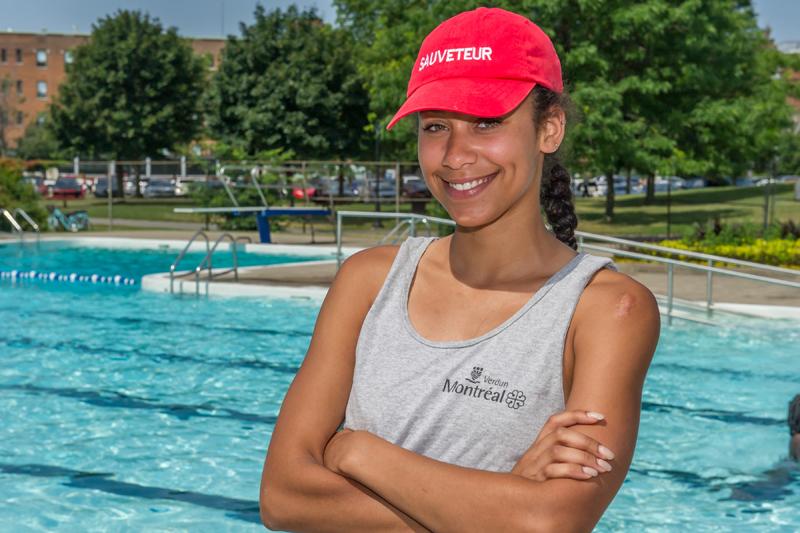 Sauveteuse devant une piscine à Montréal