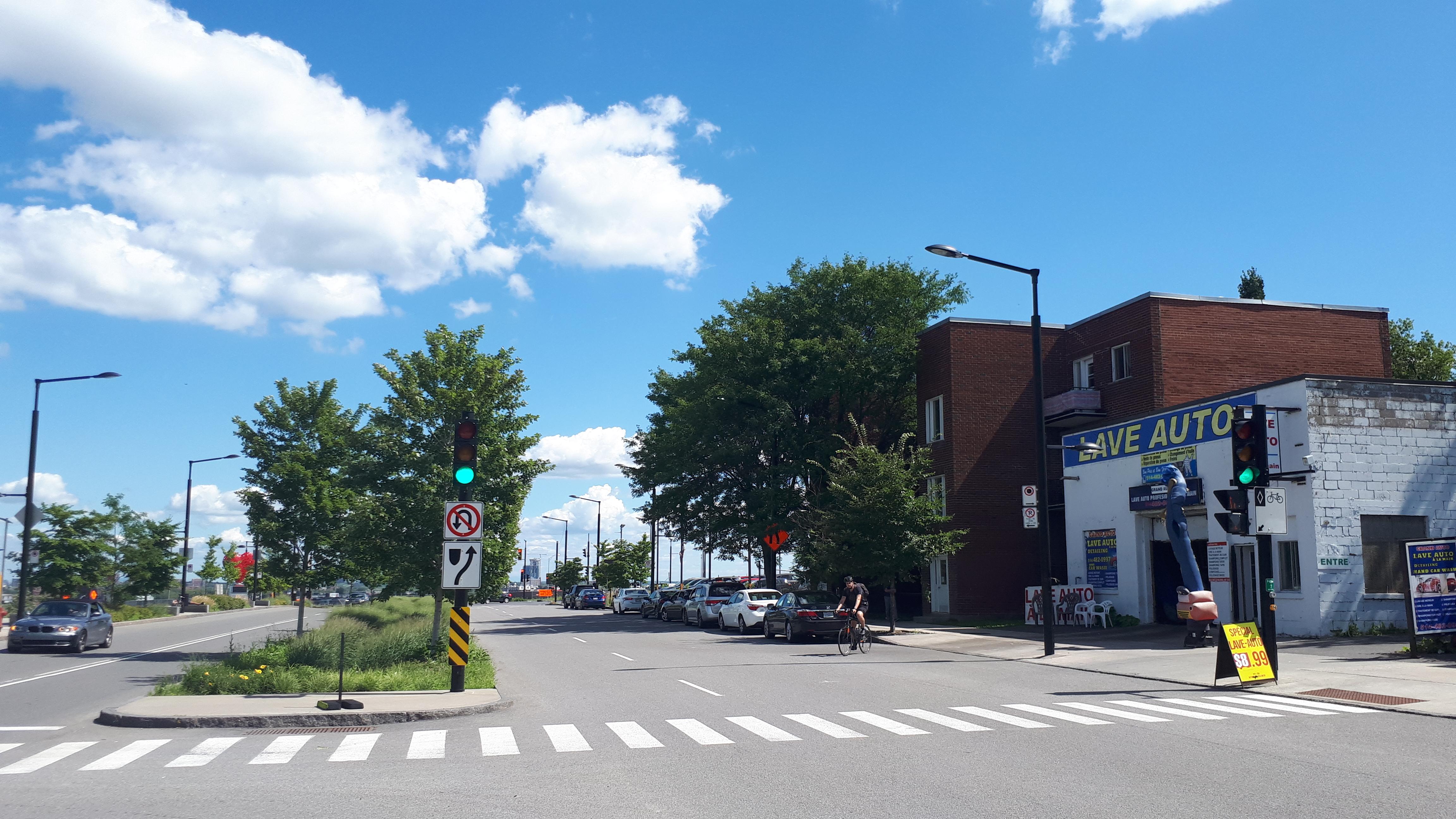Photo de la rue Décarie en face du Centre Universitaire de Santé McGill