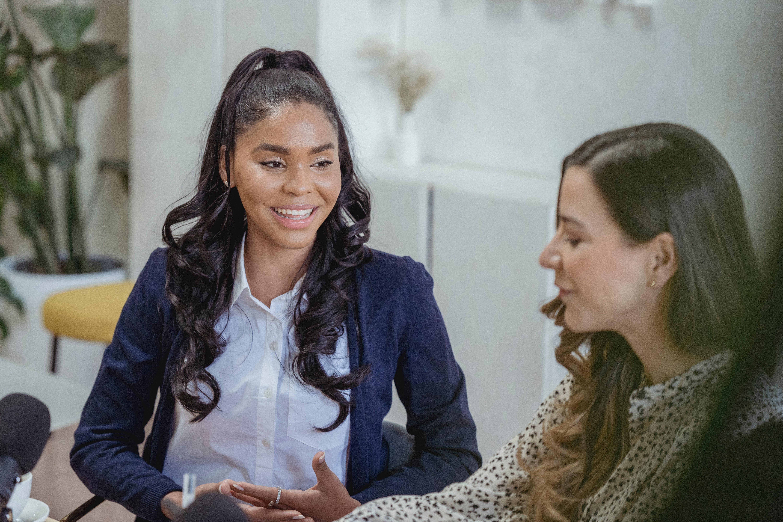 Deux femmes en train de discuter