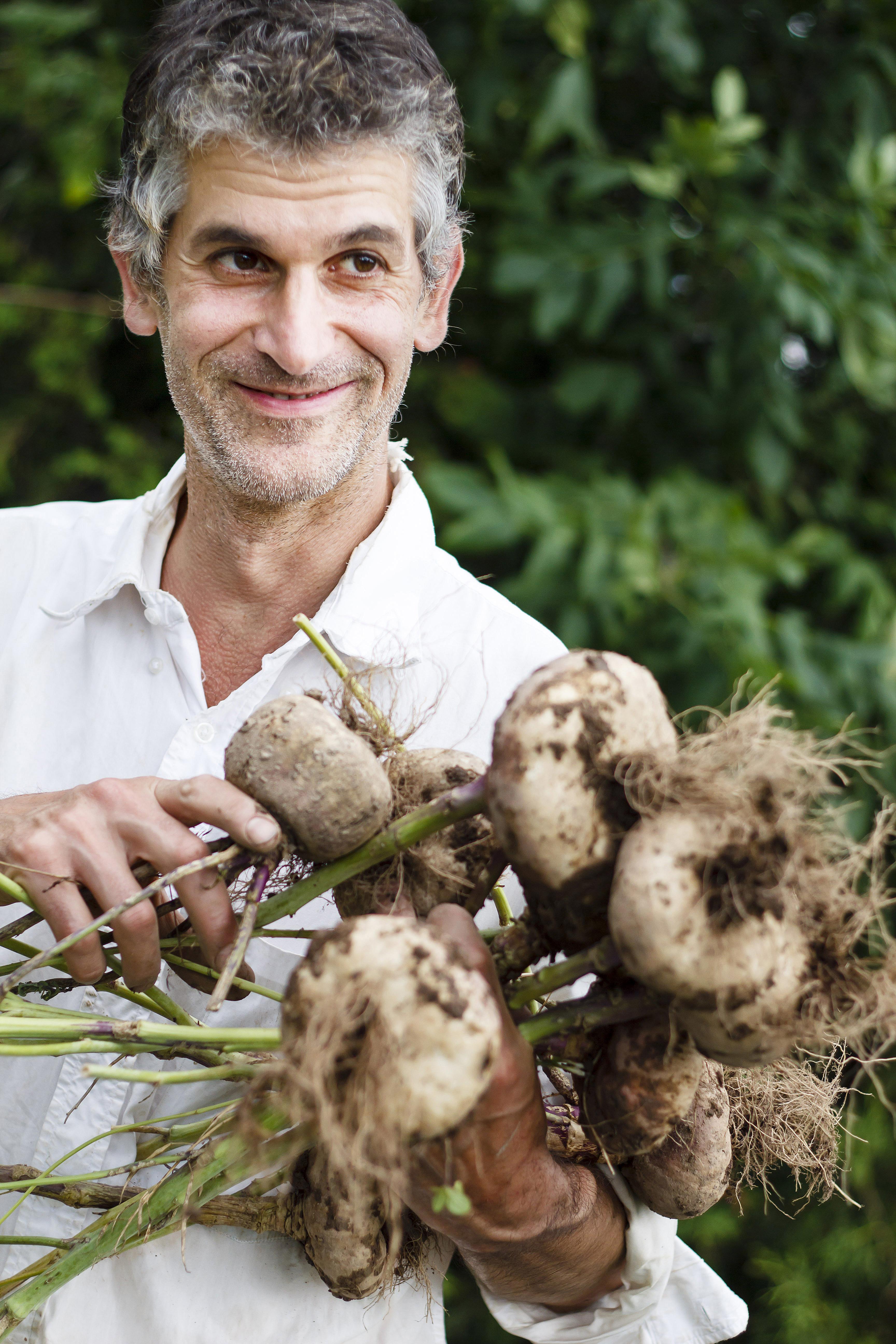 Homme avec des oignons