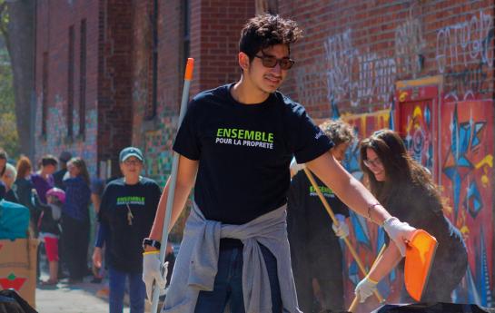 Citoyen participant à une corvée de nettoyage
