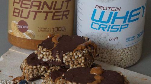 Crisp Protein Bar mit Erdnussbutter und Schokotopping
