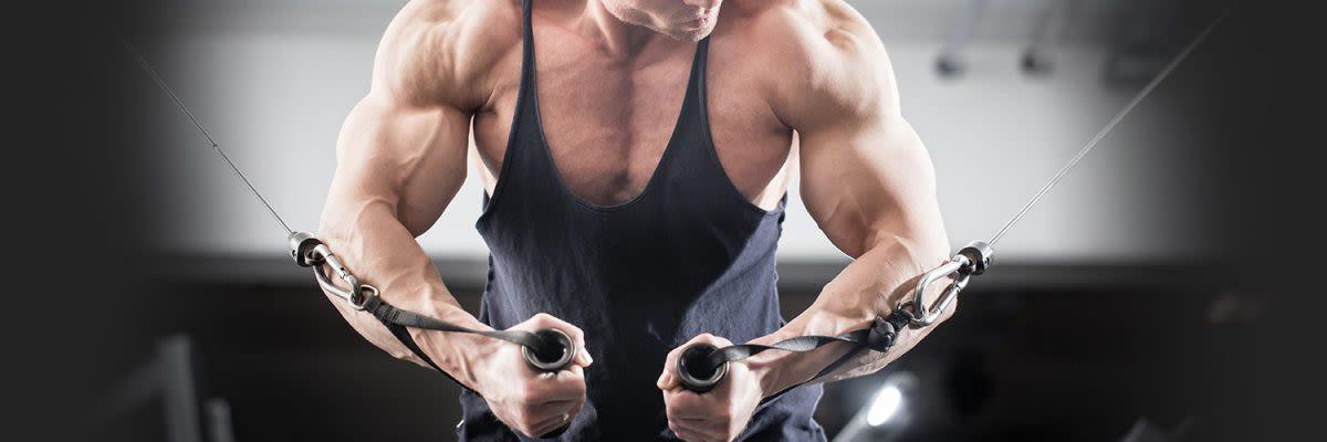 Man met sterke biceps