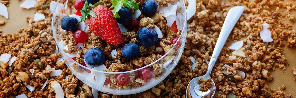 yogurt, granola met fruit