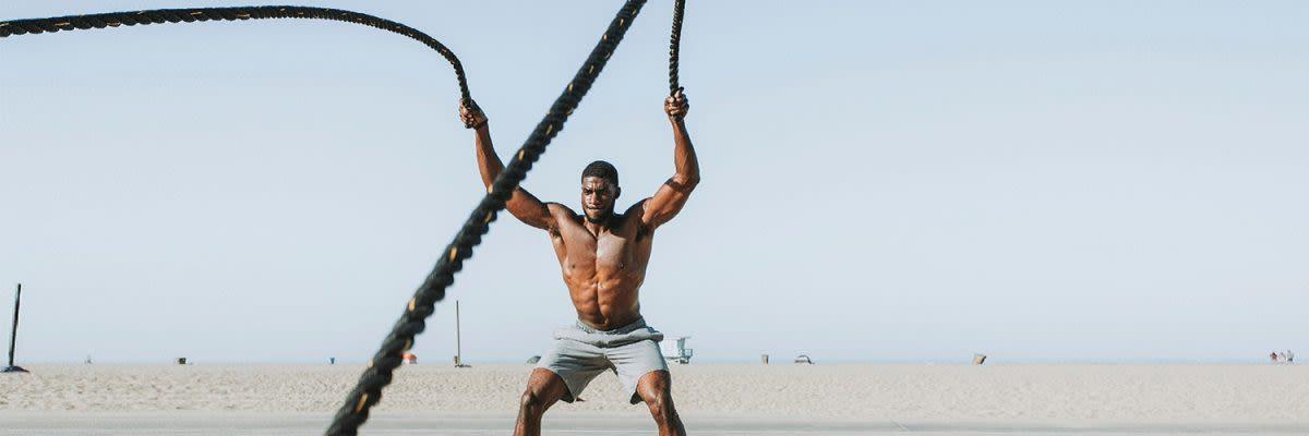 man op het strand met ropes