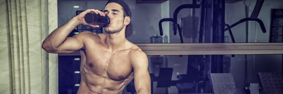 man met lactosevrije eiwitshake